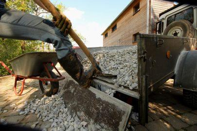 """So langsam verlieren wir jeden Respekt vor der Einheit """"eine Tonne"""". Die 800 kg Split schaufeln wir mal eben im Zementwerk auf- und daheim wieder ab."""