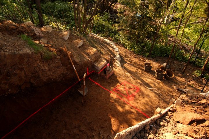 Geschafft und Feierabend! Für den nächsten Arbeitstag ist alles vorbereitet: Die Markierung gibt die Referenzhöhe für die Fundamentgrabung an; beim Quadrat soll mal der Entwässerungsschacht hin.