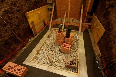 Wir haben´s ja genau getroffen und sind mit dem Kellerboden in der wasserführenden Schicht gelandet. Um zu verhindern, dass die Feuchtigkeit aus dem quasi im Wasser stehenden Fundament in die Mauer hochzieht, legen wir aus Dachpappe eine sog. Mauersperrbahn.