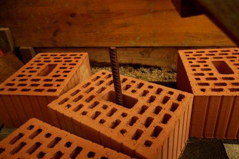 Die Eisenstangen sorgen für zusätzliche Stabilität und bessere Verbindung von Fundament und Mauer.