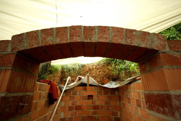 ... Voila :-) er hält. Auch wenn wir ihn beim Abbau der Stützkonstruktion fast wieder zerstört hätten. Ja, das schreit wirklich nach Professionalisierung.