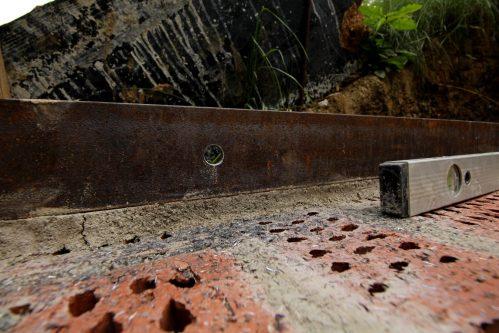 Die Arme schmerzen, der Bohrer ist stumpf und der Stahlträger hat sich natürlich vom Mörtelbett gelöst. Aber das Loch passt.