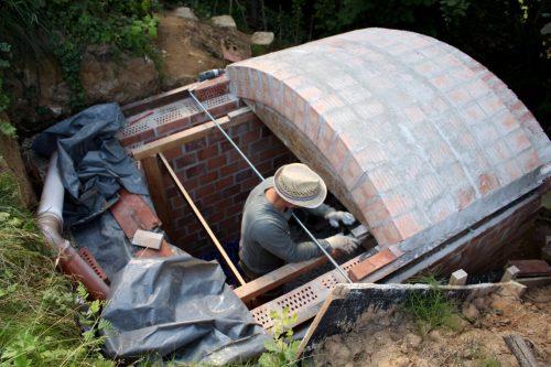 Nachdem der Mörtel mindestens eine Nacht getrocknet ist, vorsichtig die Keile lösen, und die Schalung ein Stück weiterschieben. Schon geht´s mit den nächsten zwei Dachreihen weiter.