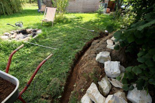 Verlegung des Erdkabels für die Erdkellerbeleuchtung: Grabespaß bei hochsommerlichen 30 Grad.