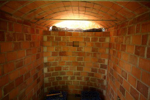 Blick von der Türe aus in den Erdkeller. Noch fällt Tageslicht hinein.