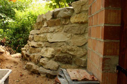 Natursteinmauer, um die Erdaufschüttungen abzufangen.