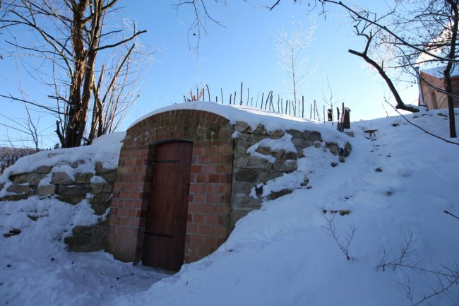 """""""Kühlschrank"""" Erdkeller im Schnee."""