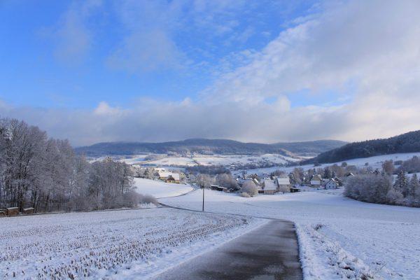 Das Foto ist im letztem Winter entstanden. Dieses Jahr liegt der Schnee sehr viel höher. Was gleich ist: sauber abgehäckselte Wegränder.
